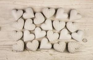 Wei beige Herzen auf Holz Hintergrund: Trauer, Liebe, Tod